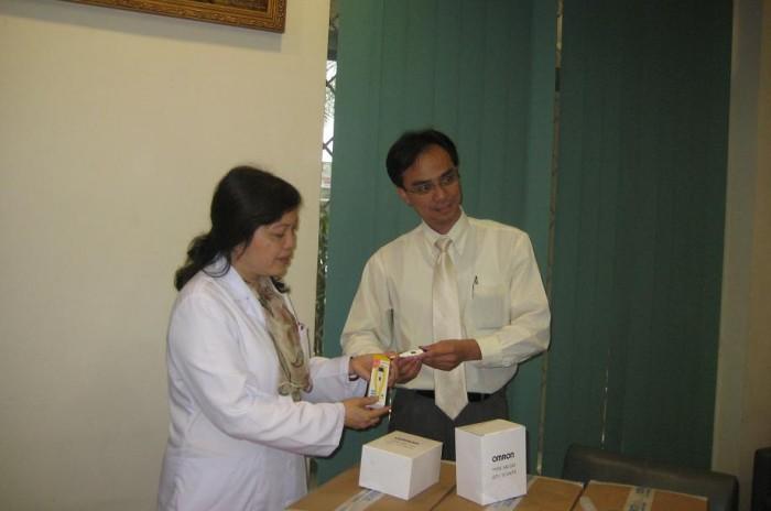 OMRON và nhà phân phối Tiến Thành trao tặng nhiệt kế cho bệnh viện Bạch Mai, Hà nội. 1