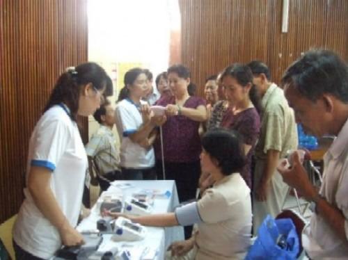 OMRON với Hội người cao tuổi Quận Ba Đình - Hà nội. 1