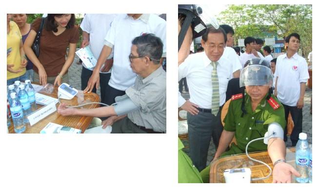 Chương trình đo huyết áp miễn phí hưởng ứng ngày Tăng huyết áp thế giới 17-5-2008 tại Huế. 1