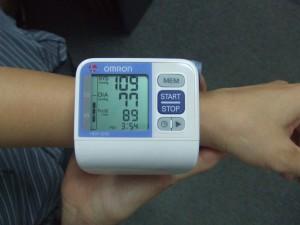 Hinh su dung HEM 6200 e1281458682511 Chỉ số huyết áp và cách đọc đúng ở máy đo