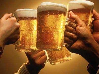 Uống nhiều bia rượu không tốt với người cao huyết áp