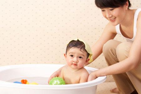 Trẻ bị viêm đường hô hấp thì không nên...tắm? 1