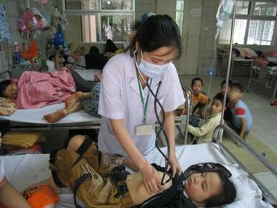 kham benh cho tre 01 Nhiều dịch bệnh nguy hiểm tăng mạnh do thời tiết