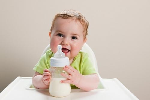 Trẻ uống sữa trước khi ngủ dễ phát phì 1