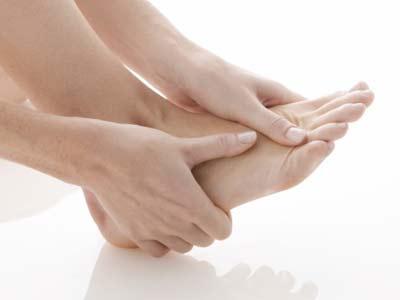Ngâm chân trong nước ấm phòng chống cao huyết áp