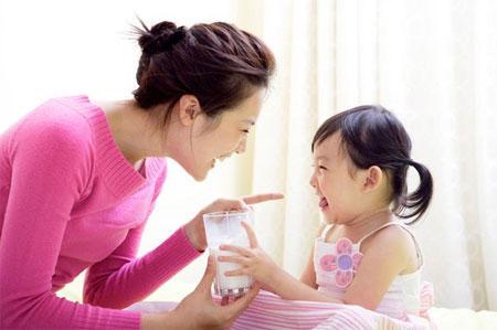 Uống sữa giúp giảm nguy cơ tim mạch ở trẻ thừa cân 1