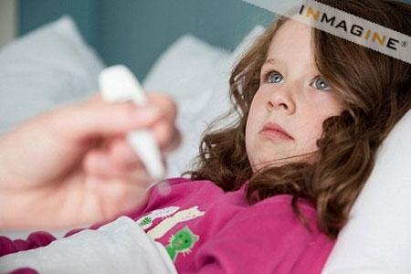 Xử trí thế nào khi bé sốt virus? 1