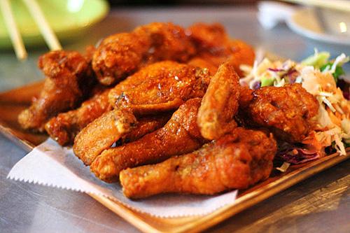Thức ăn nhanh như gà rán và salat 1