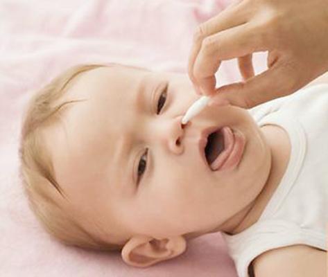 Các bước vệ sinh mũi cho bé 1