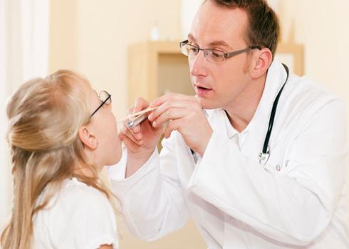 Chăm sóc thế nào khi bé bị đau họng?