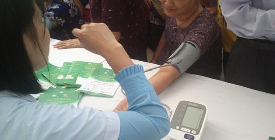Đo huyết áp miễn phí – Ngày hội Vì sức khỏe người Việt lần I 2