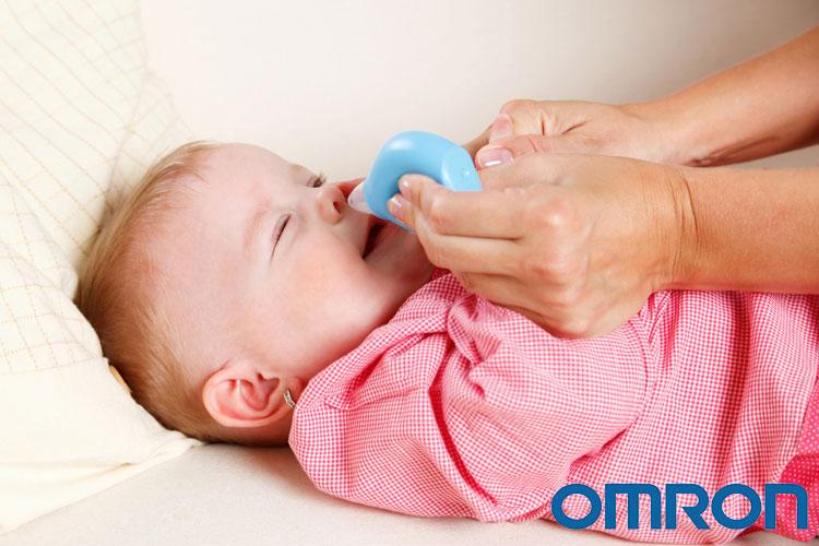 Dùng bóng hút mũi cho trẻ 1