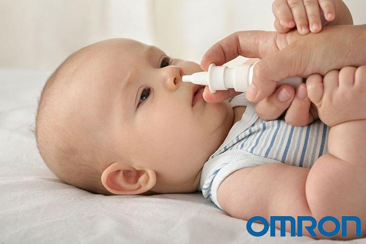 Nhỏ nước muối sinh lý vào mũi trẻ 1